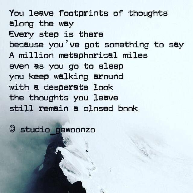 Foto van een gebergte met een engels gedicht op geschreven door mezelf
